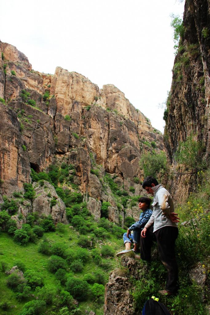 у пещеры Магили