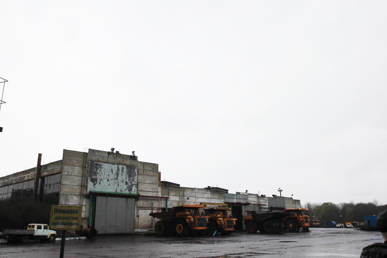 Тут же стоят его собратья - работяги, поднимающие до 180 тонн.